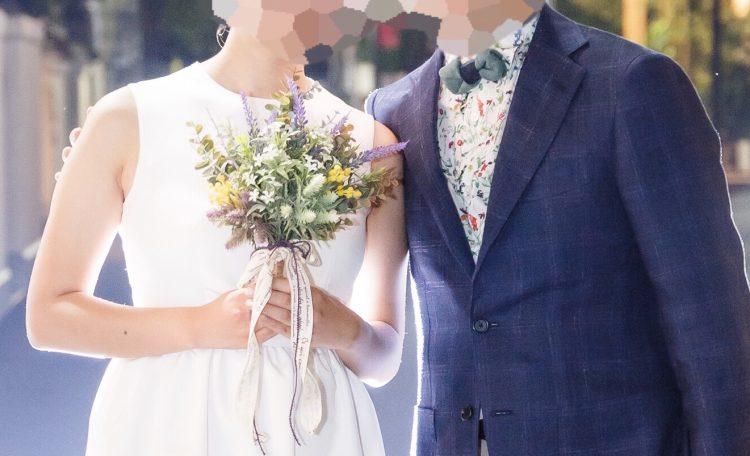 結婚式二次会で「花」リンクコーデ(ブーケと花柄シャツ)
