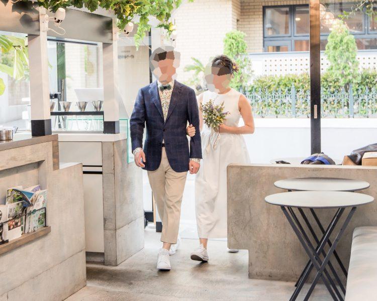 結婚式二次会で「白スニーカー」リンクコーデ(全身写真)