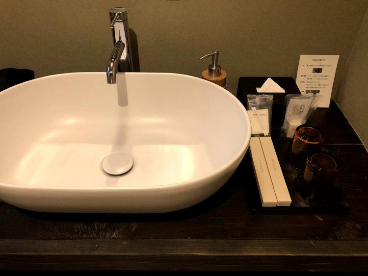 「NIPPONIA 小菅 源流の村」の部屋の洗面所(OHYA3)
