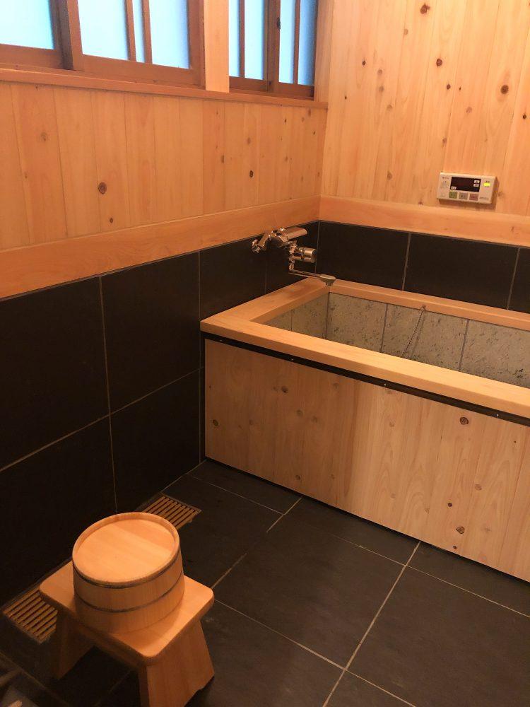 「NIPPONIA 小菅 源流の村」の部屋のお風呂(OHYA3)