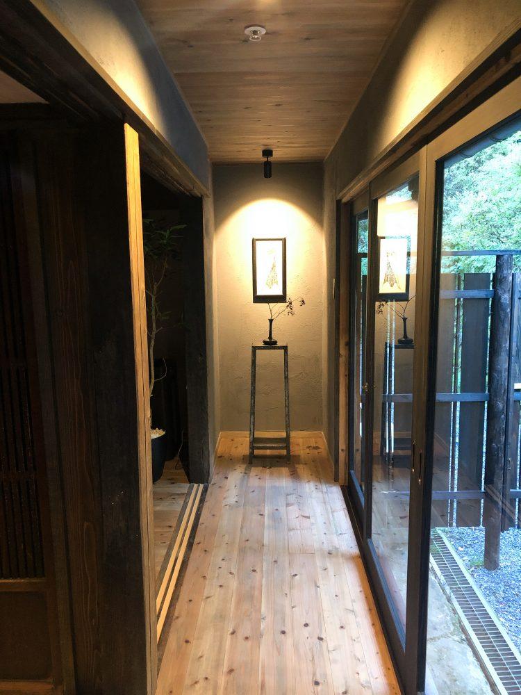 「NIPPONIA 小菅 源流の村」の部屋の鍵と廊下(OHYA3)