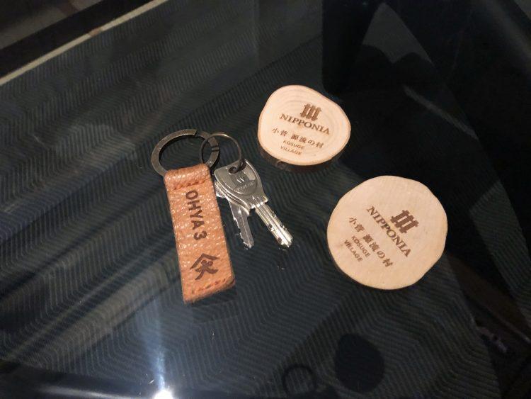 「NIPPONIA 小菅 源流の村」の部屋の鍵と温泉チケット(OHYA3)