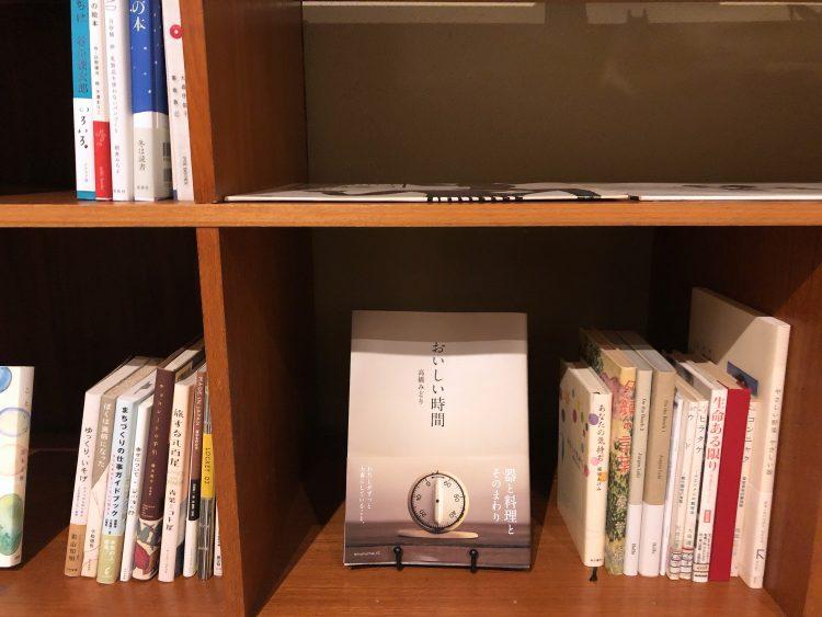 「NIPPONIA 小菅 源流の村」の本棚