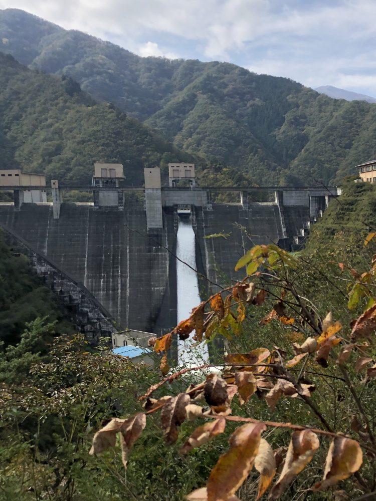 「NIPPONIA 小菅 源流の村」から大月駅に向かうときに通る深城ダムの放流(遠くから)
