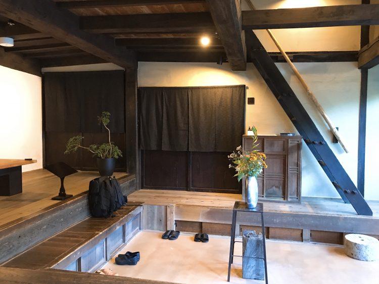 「NIPPONIA 小菅 源流の村」の玄関